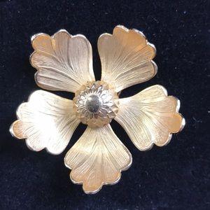 Giovanni gold tone flower brooch Vtg
